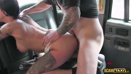 Клиентка показывает сиськи таксисту и ебется в задницу