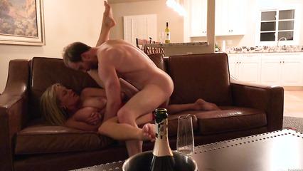 Молодой любовник сношает зрелую матюрку на кожаном диване