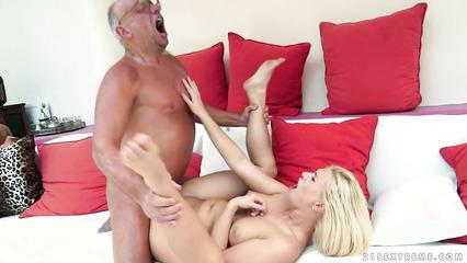 Молодая жена - шлюшка сношается со старым мужем - олигархом