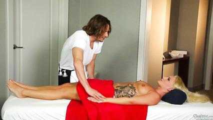Массажист с Томми Ганом разводят на секс подтянутую клиентку