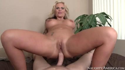 Молодой трахает шикарную зрелую блондинку в зад