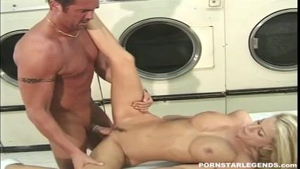 Мужчина круто трахает красивую женщину в прачечной