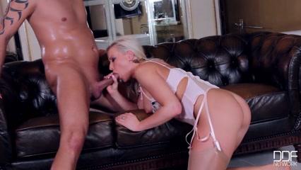 Худая блондинка с большой грудью трахается с мужчиной