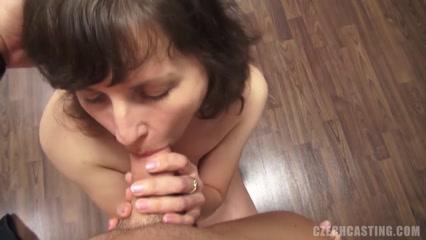Зрелая женщина сосет член партнера и занимается сексом