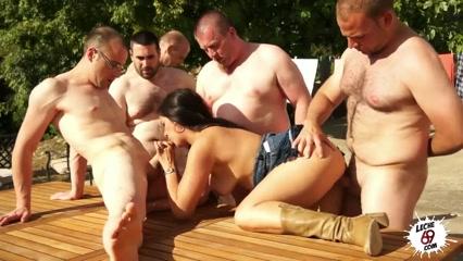 Взрослая женщина сосет члены мужчин и трахается