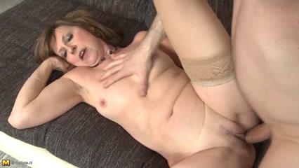 Секс зрелой женщины закончился спермой в пизде