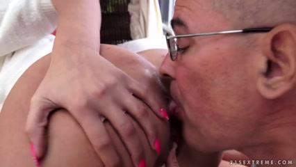 Дядя трахает племянницу у бассейна, не снимая очков