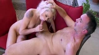 Горячий секс с симпатичной блондинкой со стройным телом