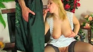 Русская мамаша блондинка трахается с партнером