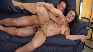 Жадная мать сосет хуй у сына и получает порцию спермы в пилотку