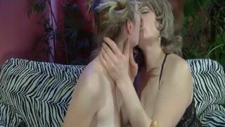 Зрелая лесбиянка ебет русскую студентку на диване